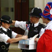 Gleichzeitig sollte es am Tower of London 62 Mal knallen und die Glocken der Westminster Abbey sollten läuten.