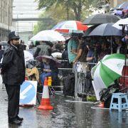 Hunderte Kameraleute und Royal-Fans vor dem Krankenhaus warten gespannt, ...