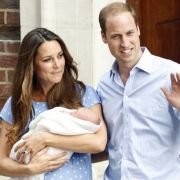 Prinz William und Kate mit ihrem Sohn beim Verlassen der Klinik.