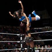 In der Luft mit einem High Body Press: Naomi