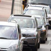Wenn Fahrzeuge lange in der Sonne stehen, heizt sich ihre Oberfläche oft extrem auf. Doch Autolacke halten enormer Hitze stand. Diesen Problemen aber nicht.