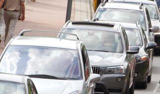 Wenn Fahrzeuge lange in der Sonne stehen, heizt sich ihre Oberfläche oft extrem auf. Doch Autolacke halten enormer Hitze stand. Diesen Problemen aber nicht. (Foto)