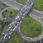 Laut TomTom könnten Autofahrer bei optimaler Zielführung durch das Navi jährlich knapp 40 Stunden sparen.