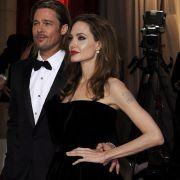 Angelina Jolie mit Brad Pitt bei den Oscars 2013: Ihre Schulterknochen stehen deutlich hervor, auch ihre Hände wirken knochig.