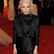 Mary-Kate Olsen versteckt ihre hagere Figur hinter einer weiten schwarzen Robe. Doch das spitze Kinn und die dünnen Ärmchen lassen erahnen: Die Schauspielerin ist viel zu dünn.
