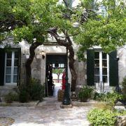 Alte Mauern und Bäume, enge Gassen und Plätze zum Verweilen - die Île de Ré bietet all das und viel mehr.