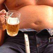 Der Bier-Bauch, deutlich hervorstehend und oft nicht schwabbelig, sondern fest, kommt nicht allein von zu viel Bier.