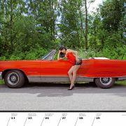 Heißer Feger in rotem Latex vor rotem Traum aus dem Hause Pontiac (1968).