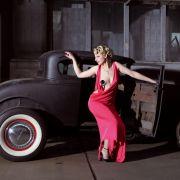 Die 52 Fotos im «Girls  legendary US-Cars»-Kalender von Carlos Kella zeigen über 20 heiße Ladys und über 30 amerikanische Traumautos im Gespann. Das getunte Model A von Ford ist eines der ältesten Modelle.