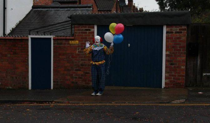 In der zentralenglischen Industriestadt Northampton treibt seit einiger Zeit ein Clown sein Unwesen. In einer Facebook-Gruppe werden Fotos gesammelt, die ihn zeigen - gern auch mal mit Luftballons.