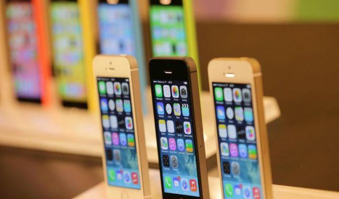 Exemplare des neuen Apple iPhone 5S (vorne) und 5C (hinten) stehen im Apple Store in Berlin. Die Vorstellung der neuen Apple Smartphones fand im kalifornischen Cupertino statt. (Foto)