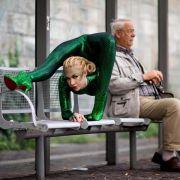 Der deutsche Rentner nimmt von der sexy Schlangenfrau keine Notiz.