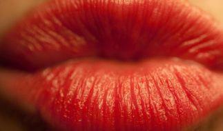 Der Kuss zur Begrüßung in Frankreich schon fast eine Wissenschaft. (Foto)