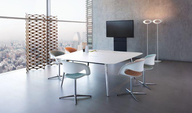 Wolkenkratzer mit Glasfront bieten die ideale Kulisse für diesen Besprechungstisch. (Foto)