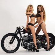 Das «Duo infernale» auf der Höllenmaschine bereitet dem Betrachter einen heißen Juli.