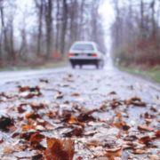 Auch im Herbst wird es glatt auf den Straßen. Vorsicht ist geboten.