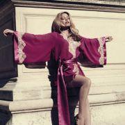 Vergleichsweise brav: Sylvie im Kimono ihrer Kollektion