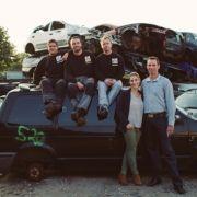Das Team der Autoverwertung Bendler: Beim Fotoshooting auf dem Schrottplatz räkelten sich dann Lüneburger Hobbymodels vor der Kamera.