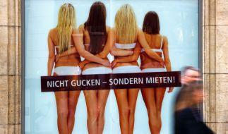 Einfach mieten und mitnehmen: Frauen werden in dieser Werbung zum allzeit verfügbaren Objekt. (Foto)