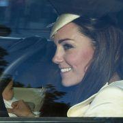Kate mit ihrem Sohn auf dem Weg zur Taufe. Sieben Taufpaten sorgen sich bald um den kleinen Prinzen.