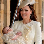 Stolz zeigt Kate ihren Täufling: George trägt eine zauberhafte Replik des traditionellen Taufkleides aus weißer Seide, entworfen von der königliche Hofschneiderin Angela Kelly.