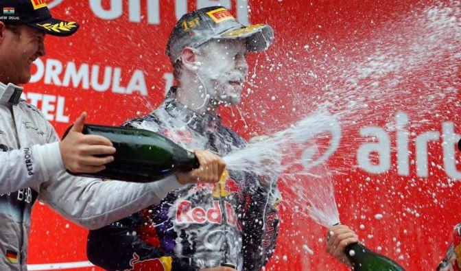 Sebastian Vettel (M) bekam auf dem Podium eine ordentliche Champagnerdusche ab. (Foto)