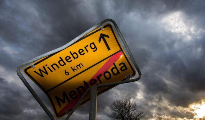 Ein geknicktes Ortsschild in Thüringen: Orkan «Christian» hinterlässt eine Schneise der Verwüstung in Deutschland. (Foto)
