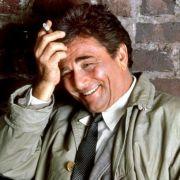 Na klar! Es ist Peter Falk als Inspektor Columbo.