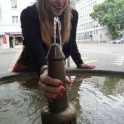 Diese Frau amüsierte sich köstlich über den bizarren Brunnen.