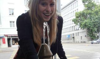 Diese Frau amüsierte sich köstlich über den bizarren Brunnen. (Foto)