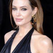 Angelina Jolie zeigt gern ihre abgemagerten Schultern.