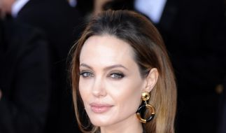 Angelina Jolie zeigt gern ihre abgemagerten Schultern. (Foto)