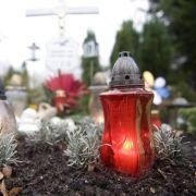 Eine Beerdigung ist teuer. Viele Bestatter machen zusätzlich Kasse.