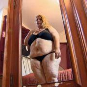 Den Blick in den Spiegel kann Agnes nur schwer ertragen.