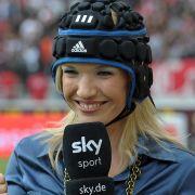 Mit Helm moderiert es sich besser: Jessica Kastrop ging nach dem Kopfschuss auf Nummer sicher.