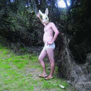 Ein Mann in Schlüpfer und Hasenmaske. Amüsant - mehr aber auch nicht!