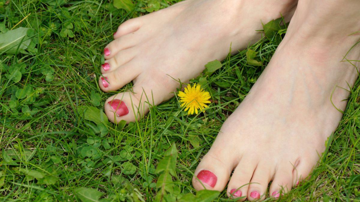 Zerquetschen Unbewusste Riesin Füße körpersprache