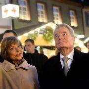 Die 20 Jahre jüngere Daniela Schadt ist als Lebensgefährtin immer an Joachim Gaucks Seite, wie hier bei einem Besuch auf dem Weihnachtsmarkt.
