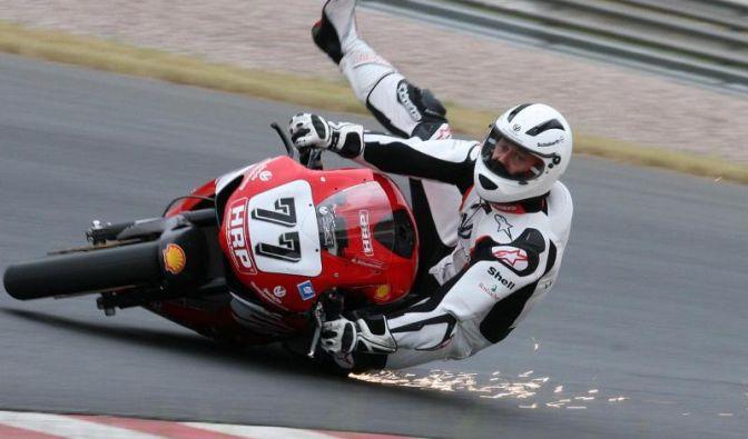 Michael Schumacher liebt das Leben am Limit - nicht nur im F1-Boliden: Auch auf dem Motorrad stürzte er schon schwer.