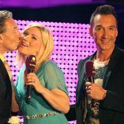 Karel Gott küsst Frau, Jochen Bendel steht daneben.