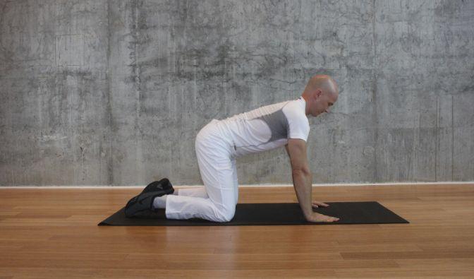 Zunächst müssen Sie Ihren Körper in der Tischstellung ausrichten. Das heißt, die Beine sind etwa schulterbreit auseinander und die Hände stehen unter den Schultern. (Foto)
