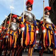 Die Schweizer Garde bewacht den Papst im Vatikan.