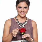Anna (32) arbeitet in ihrer Heimatstadt Berlin als selbstständige Bewerbungsberaterin und Trainerin für Business Etikette.