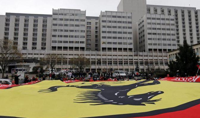 Die angereisten Tifosi entrollen ein riesiges Ferrari-Banner vor dem Hospital.