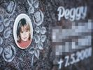 Ein Gedenkstein mit dem Porträt des Mädchens Peggy steht auf dem Friedhof in Nordhalben. (Foto)