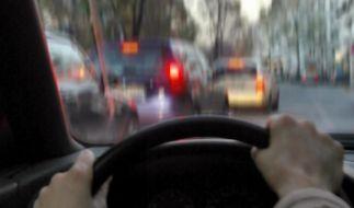 Zurück am Steuer: Nach langer Abstinenz wieder Fahren üben (Foto)