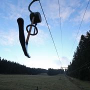 Die Skipiste am Erbeskopf (Rheinland-Pfalz), mit dem 816 Metrer hohem Berg, ist völlig schneefrei.