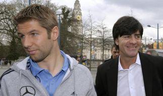 Thomas Hitzlsperger (links) informierte Bundestrainer Joachim Löw bereits 2012 über seine Coming-out Pläne. (Foto)