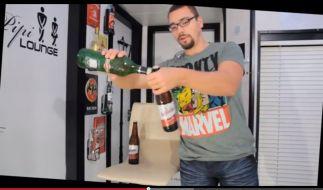 Dave köpft die Bierflaschen natürlich in seinen eigenen vier Wänden - und nichts davon werde weggesschüttet, versichert er. (Foto)