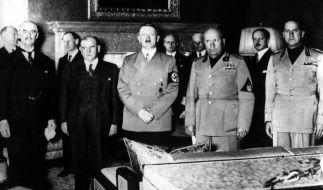 Adolf Hitler bei der Münchner Konferenz 1938. Ganz links steht Neville Chamberlain, der britische Premier. (Foto)